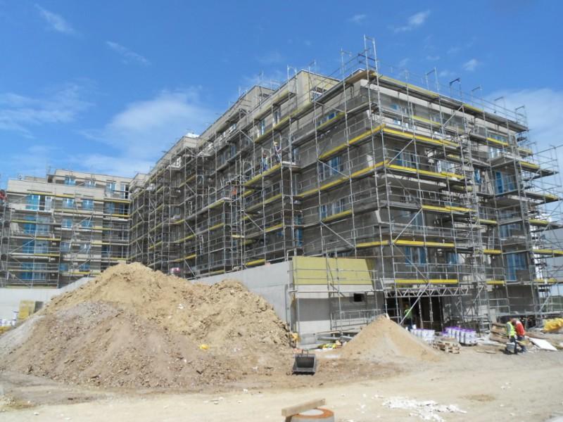 Praha - Aktuálně se v Praze staví ve 26 developerských projektech s meziročním nárůstem o 2061 nových bytů. Víme kde!